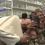 Algunos jóvenes aprovecharon para tener un #selfie con #FranciscoenEcuador. En la foto uno con capacidades especiales http://t.co/U7uY8zRLW4