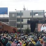 Llovizna no impide encuentro del Papa Francisco con la comunidad católica universitaria del Ecuador en la PUCE. http://t.co/h4wouGf9lz
