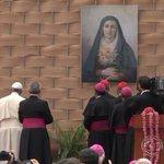 #FranciscoenEcuador se despide de la PUCE pidiendo que oren por él, y orando a María. http://t.co/x0k2MdZXQ6