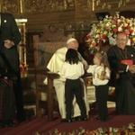 Dos niñas se acercan a saludar al #papaFrancisco en la iglesia San Francisco #Quito http://t.co/u6Ve5WKjuj