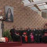 """El #PapaFrancisco pide """"no identificar un grado universitario como sinónimo de estatus"""". http://t.co/TQFzEPx2Yv http://t.co/FZS1lXFJbT"""