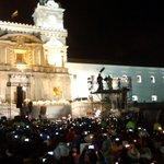 """Al unísono de """"Te queremos Francisco, te queremos"""" ciudadanos aclaman en la plaza al Papa #FranciscoenEcuador http://t.co/EDOFe6XsFT"""