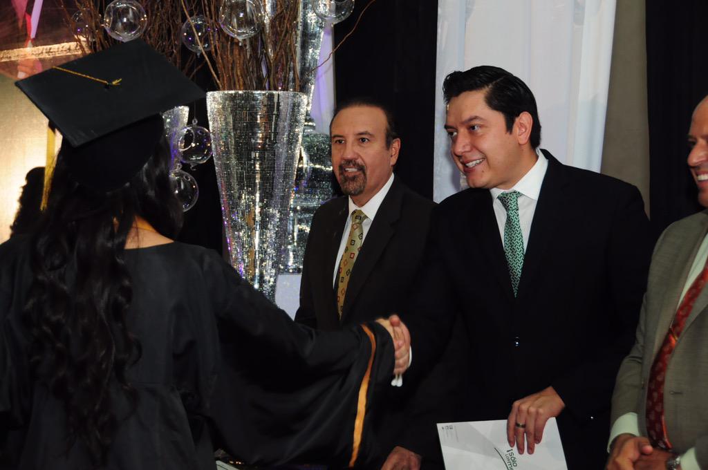 COBAED (@COBAEDoficial): Ceremonia de #GraduaciónCOBAED de la #GeneracióndePlata en Forestal con la presencia de @HectorVelaV @chuycabrales http://t.co/xVPs88Xfsh