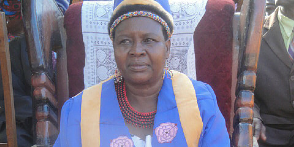 A female chief in Malawi has annulled 300 child marriages & enrolled the children in school! http://t.co/FHECHd3jas http://t.co/YyH62fs9qr