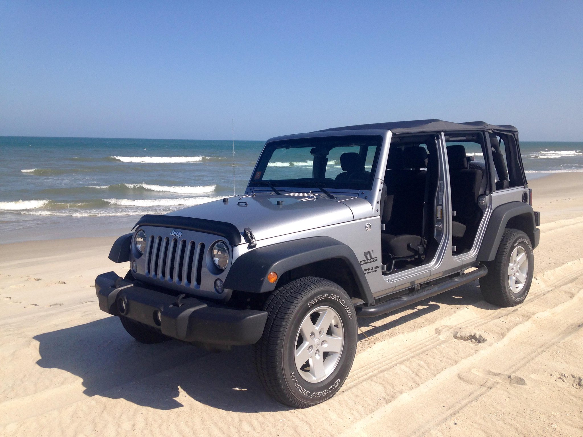 You know it is a beach day when the doors are off. #WranglerWednesday (Photo cred: Andrew R). http://t.co/Mg88ce96YQ