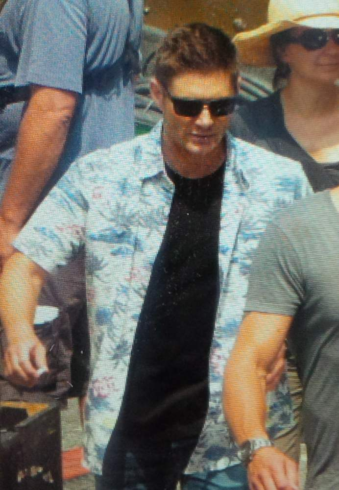 #Supernatural star and director Jensen Ackles on set - 300 blk Cambie st in an alley #YVRshoots @olv #SPN http://t.co/gkVQJYWvfy