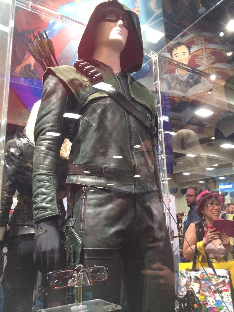 Haha.. It's olicity reunited! Arrrow costume and  Felicity's glasses! @amellywood @EmilyBett @CW_Arrow #sdcc http://t.co/mpchzvMZOY