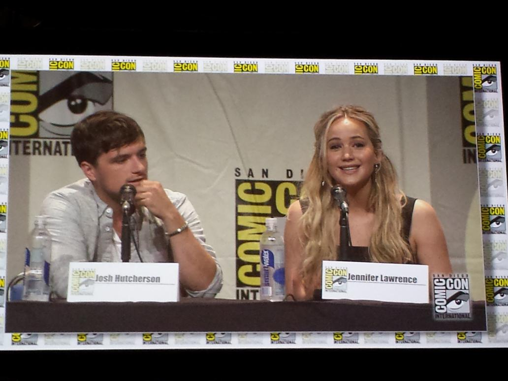 #jenniferlawrence and #joshhutcherson answering questions at #sdcc #hallh #comiccon #unite #mockingjaypart2 http://t.co/P0NRXXhX2j