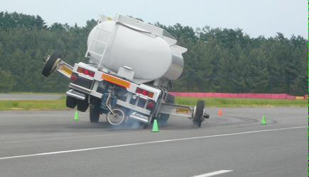 """どんな実験やねんw """"トレーラによる大量輸送に移行する運送事業者が増加している昨今、大きな問題として「トレーラ横転事故」があげられる。"""" http://t.co/WOvMToMPbb http://t.co/ZXFNNu2Izo"""
