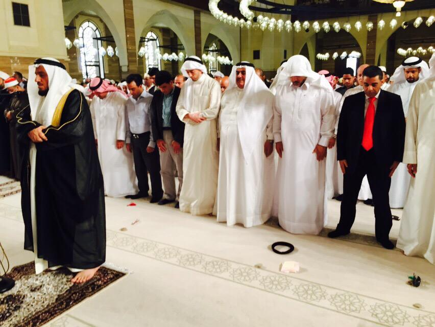 هكذا صلينا إخوة شيعة و سنة من #البحرين في بيوت الله.  #بحرين_التسامح http://t.co/qCzEKfKNZw