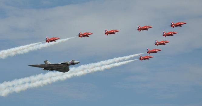 Vulcan @XH558 and the @rafredarrows will fly in formation at #RIAT15 on both Saturday 18 & Sunday 19 July! http://t.co/r0meUDwjIj