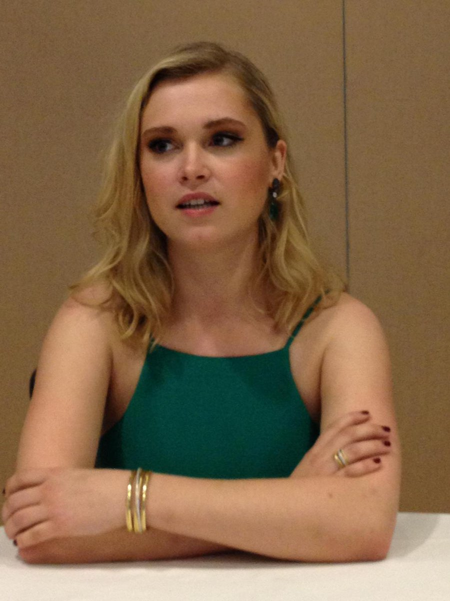 Eliza Taylor said Bellamy goes after Clarke in S3 to try to get her back. #The100 #SDCC http://t.co/k7Glgmegxq