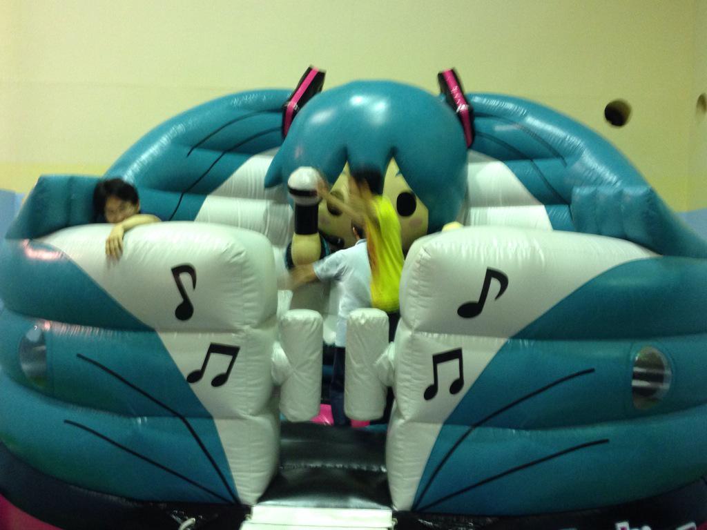 【悲報】初音ミクさん、人気復活をかけたイベントの行列がたった5人 同時開催の弱虫ペダルは大盛況