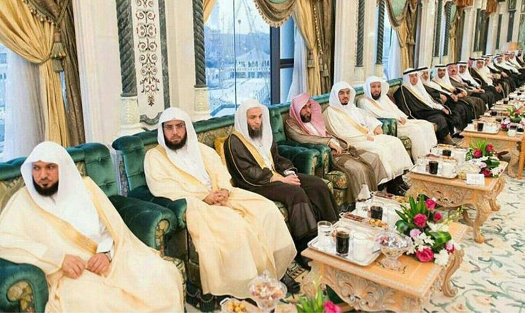 إفطار أئمة الحرم المكي أمس في قصر الصفا بحضور خادم الحرمين