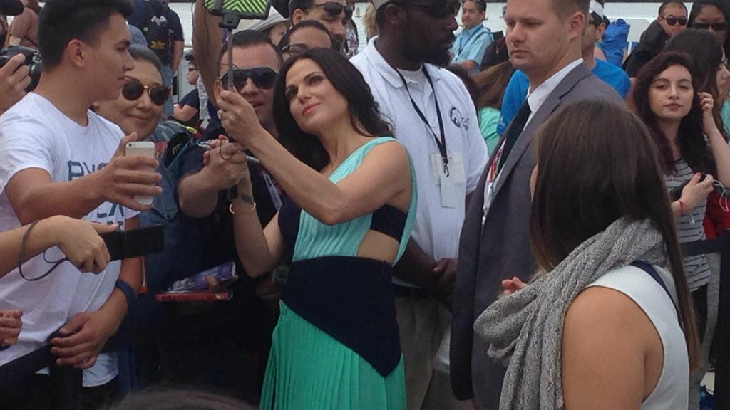 #OnceUponATime cast just made their way from the marina to the convention center & took some pics w/fans #SDCC http://t.co/PBrqdtpHlp