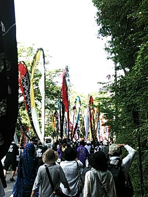 色とりどりの反物の幟が温泉街を進みます。 http://t.co/PjekJ8vWmw