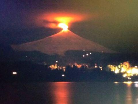 """@1undertaker18: @cabellojesus09 @wp1957 Alerta provocó anoche la fuerte incandescencia del volcán Villarrica #Pucón http://t.co/kKLE7Xh4se"""