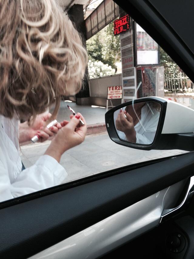 Sanırım beni görmedi arabanın içinde. Gördüyse de bu ne rahatlık? http://t.co/r6dXuKI1jS