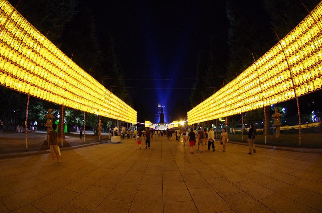 【靖國神社・みたままつり前夜祭】 今年は屋台がない参道。 はじめて体験。 広々としているみたままつりの参道。 http://t.co/8R2eKC5Rhn