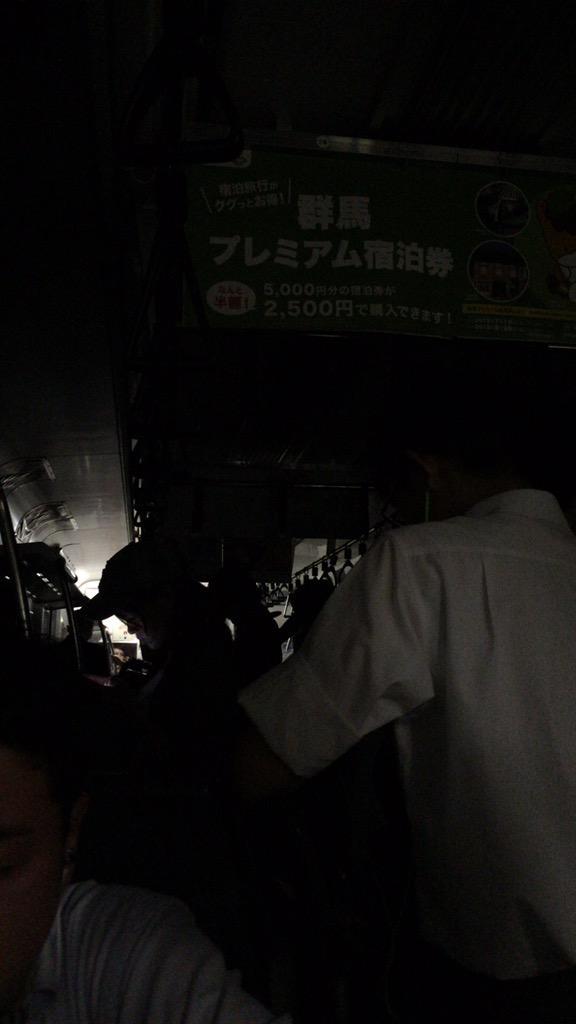 新橋品川間で東海道線が緊急停止。車内の電気も消えました。何があったのかな? http://t.co/qHA1KTqybV