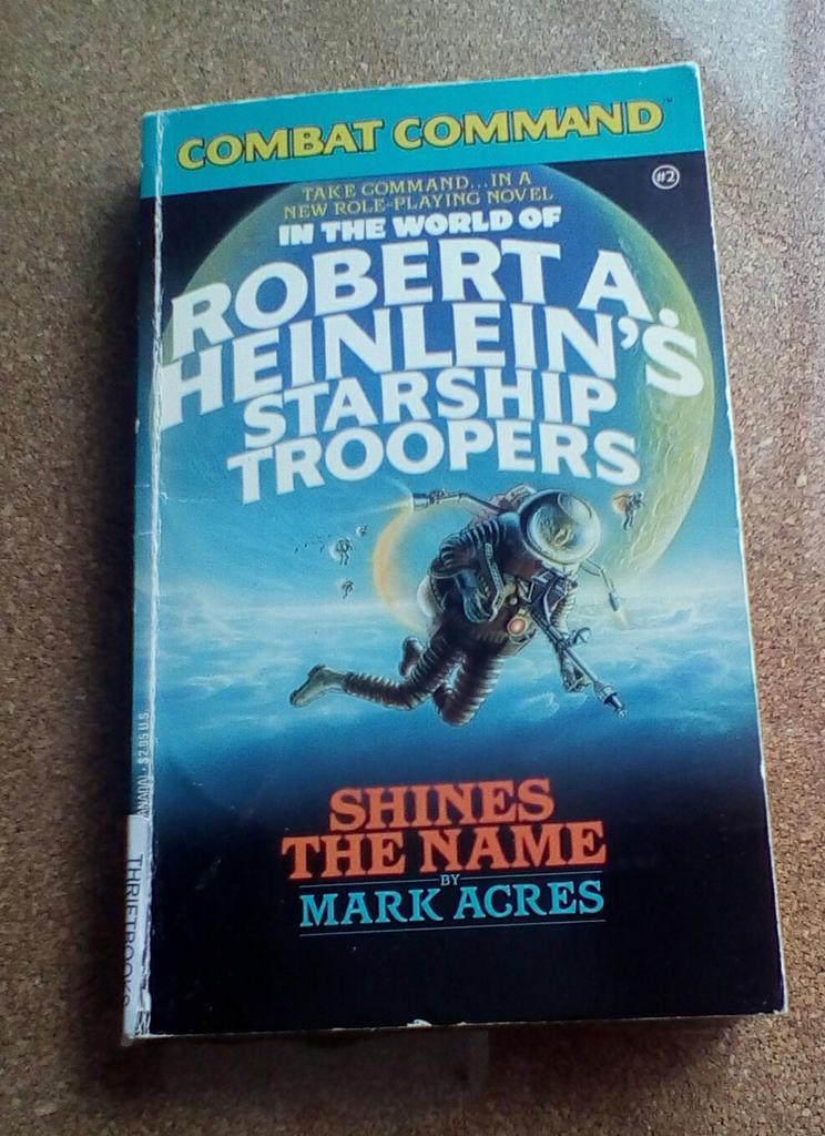 宇宙の戦士ゲームブック版(1987)を購入。こんなスピンオフがあったんですね。序文をガイジャックスが記述。キャンプ訓練から始まるかと思いきや、分隊を率いて対バグ戦闘の真っ只中というホットスタート。戦闘結果はダイスと表で求めます。 http://t.co/R1rnhbgxcC