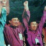 98 Mahathir buang Anwar, 2015 Najib buang Muhyiddin. One day Anwar gabung dgn Muhyiddin.. angkat tangan meletop...! http://t.co/0SOSATXIU1