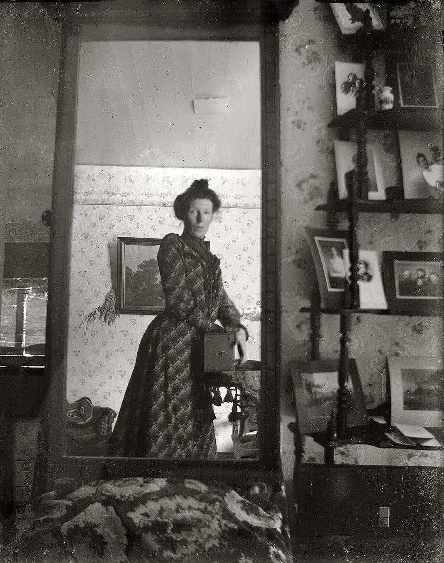 A woman taking a selfie in 1900. http://t.co/ZrixprTsiL