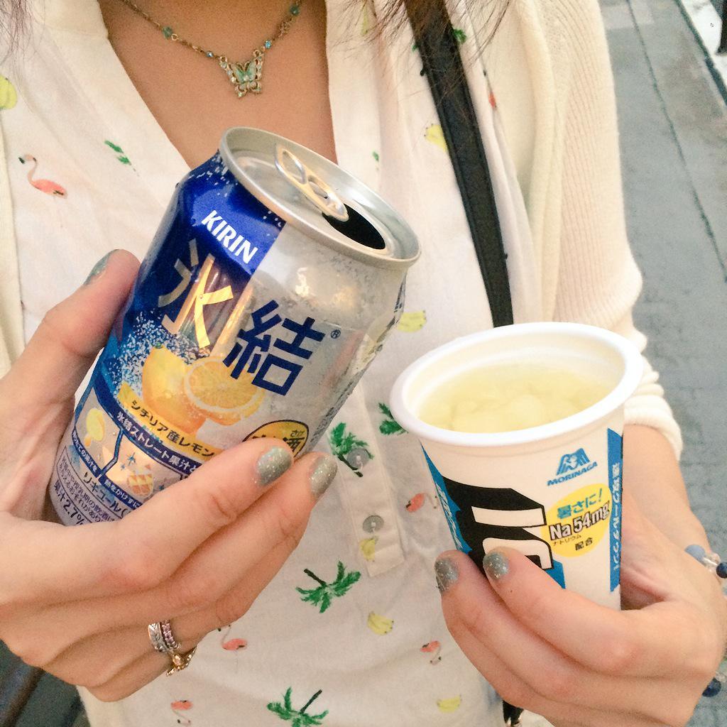 歩き疲れた頃にコンビニに駆け込んでICE BOXのグレープフルーツ味と氷結かストロングのレモン味買って、ICE BOXにアルコール入れて外で飲むのが本気で最高の夏ドリンクだと思うねんな http://t.co/f0zEsRgPaI