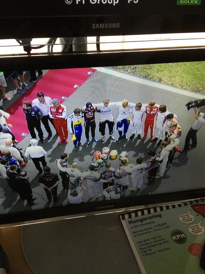 Beautiful gesture by #F1 drivers #HungarianGP for #JulesBianchi http://t.co/9zD1DJFB5W