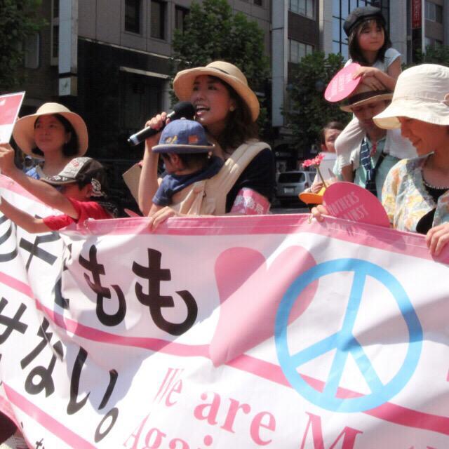 戦争法案に反対するママたちのデモ。互いに気づかい合って、すばらしかった。シンプルな大切なメッセージ。「誰の子どもも殺させない」。戦争ができる国になるということは、加害者にもなり得るということ。 http://t.co/63Ra96rvT1