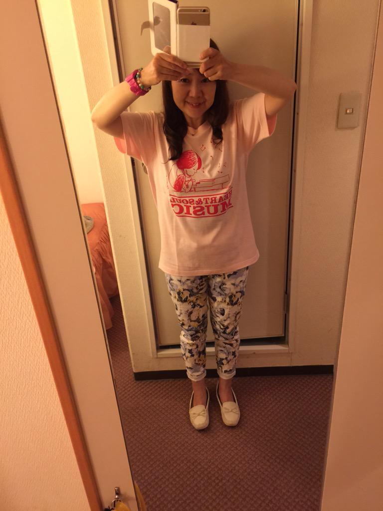 わーい!圭ちゃんのTシャツゲットー! 嬉しがって着てみるの巻(笑) #鏡なので文字逆 http://t.co/04kedN8TpR