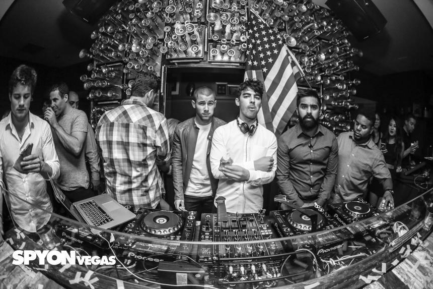 Hey @joejonas and @nickjonas, did you guys enjoy that pizza at @HydeBellagio? http://t.co/LBibezYdgz