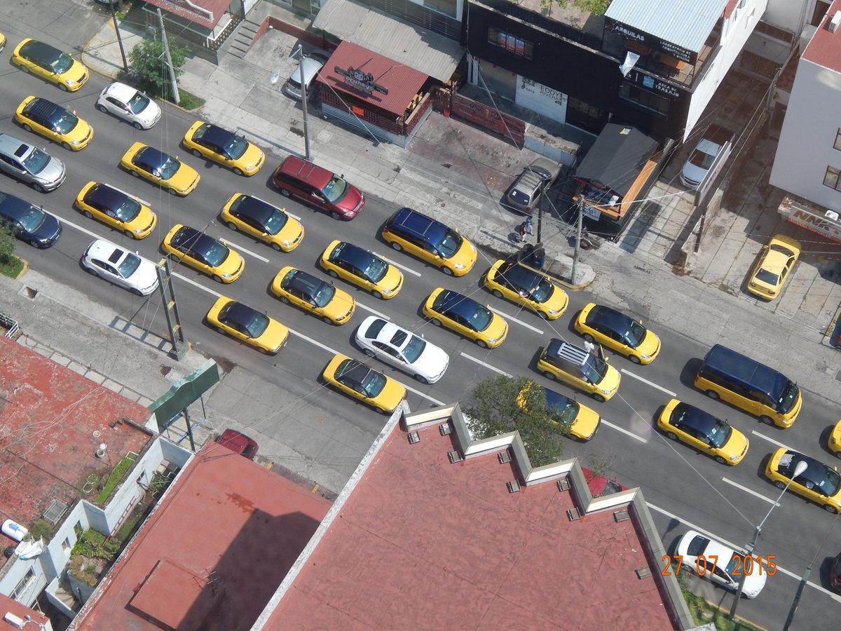 Taxistas bloqueando el paso a un BMW blanco (muy probablemente de @ubergdl) por esta y otras razones #UberSeQueda http://t.co/7WxCyeGeB9