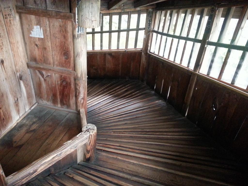 今日は念願のさざえ堂を観てきました!中が螺旋スロープを組み合わせた構造で上りも下りも階段がなく、一度通ったところは二度と通らない。こんなぶっとび建築何の為に?と思ってたら沢山の拝観者をさばきやすくする為とゆー機能目的からだとか。 http://t.co/5gRyv28cyR
