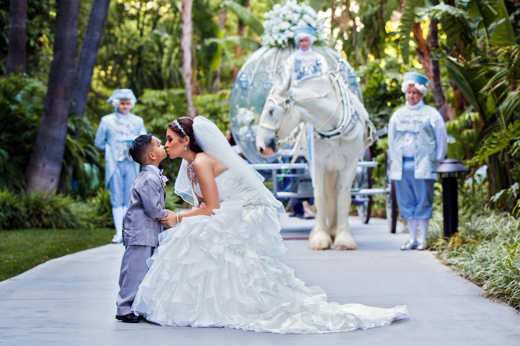Learn how @DisneyWeddings customizes entertainment & characters for weddings? http://t.co/C9qGufYtu5 http://t.co/5m9Cl8UMjI