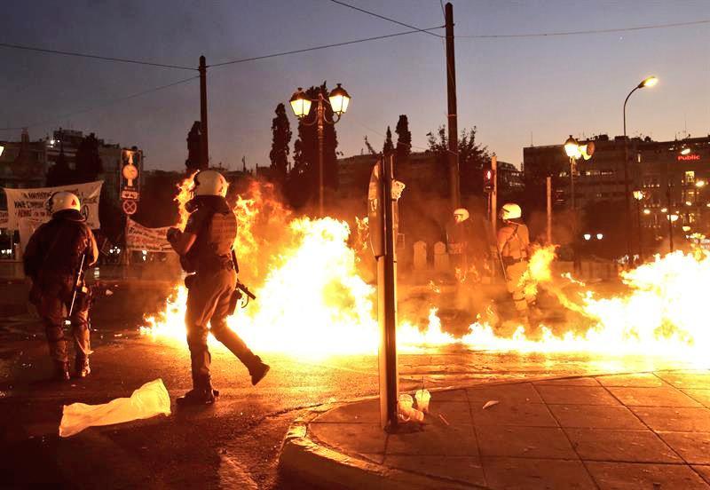 Calles en Grecia... Dónde está la estabilidad que prometía el Populista Tsipras? http://t.co/P6YUBOqLiB