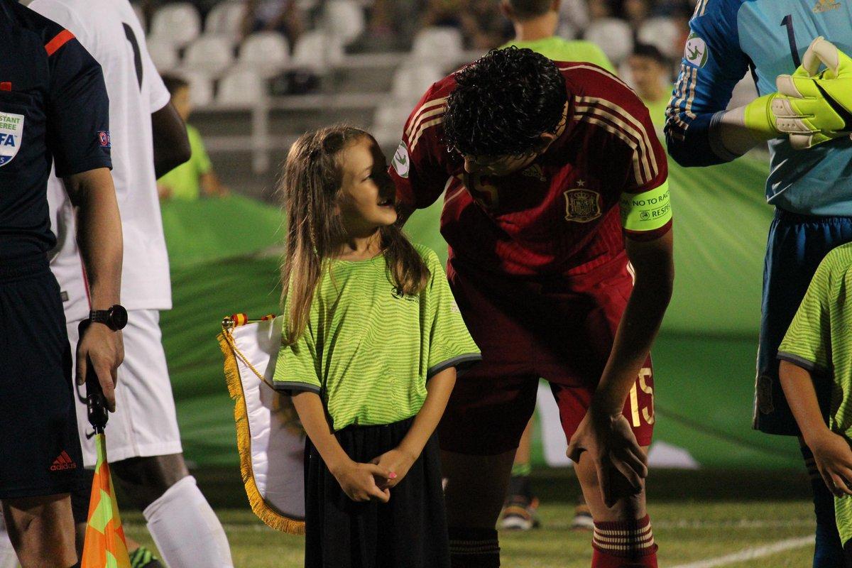 Vallejo fue el único jugador (español o francés) que interactuó con su pequeña acompañante de UEFA antes del partido. http://t.co/vxHS03Ejq7