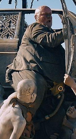 『マッドマックス 怒りのデス・ロード』。10回見て発見したのは、人食い男爵のこだわりファッション(股間にガスマスク)でした。乳首にばかり目が行きすぎて、9回見ても気づかなかった… http://t.co/jPVdtP86t3