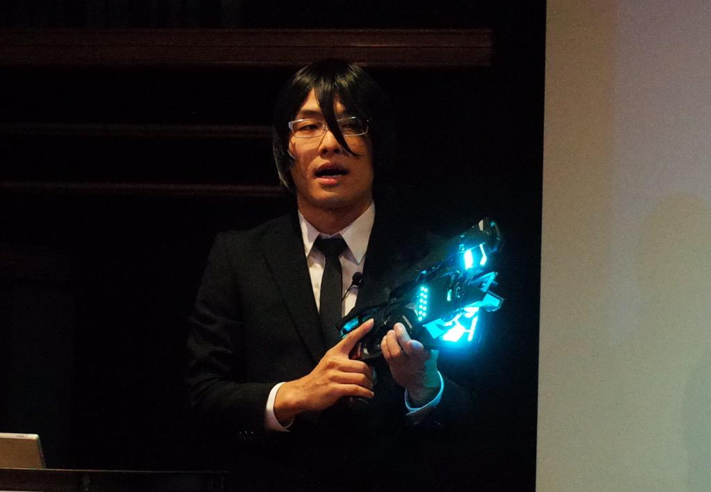 Cerevo岩佐さん。宜野座さんコスプレで電動完全自動変形ドミネーターを発表。すげえ http://t.co/ik0gFDMc8x