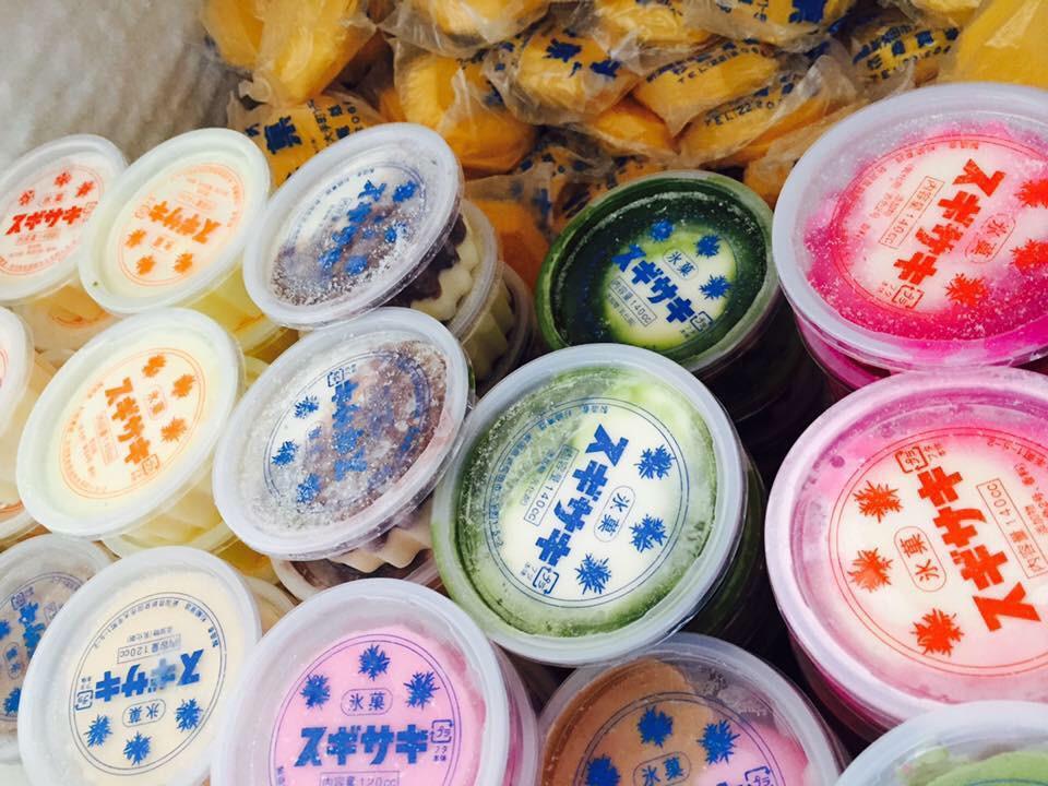 地元、新潟県新発田市の夏を彩る手作りアイス屋さん「スギサキ」。抹茶やミルクが定番ですが、カルピス味ってのが人気だったりします。奥にあるモナカタイプの白アイスは昭和初期の創業当時からある、砂糖と水だけを使った素朴な味! #新発田 http://t.co/U2iExLE2qj