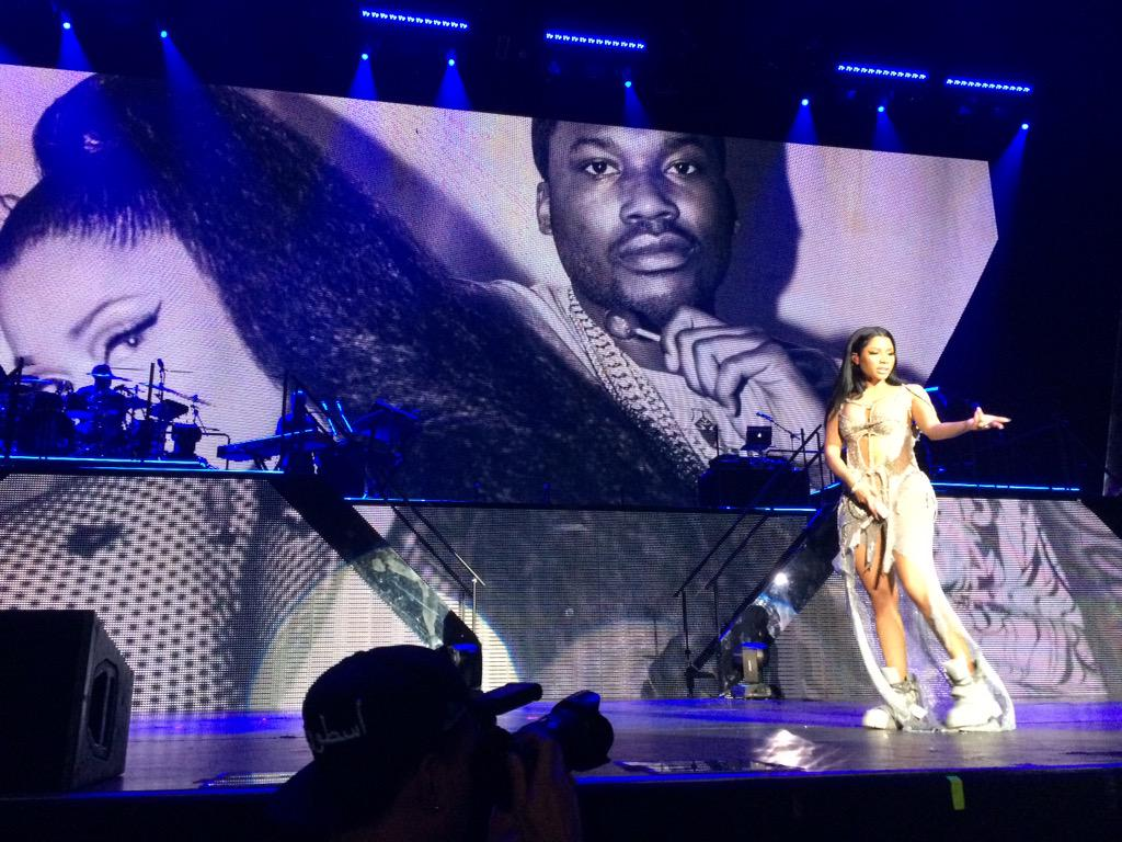 RT @pmbenson33: The #Omeeka section with the cute pics in the back was dope!!!! #FrontRow @NICKIMINAJ @MeekMill http://t.co/rDYD0BMB5N