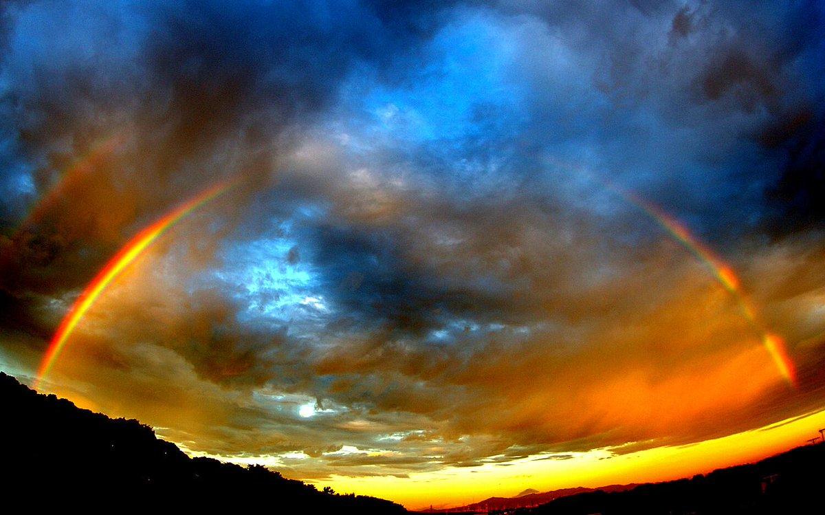 朝起きたら虹が見えてた。  ……寝ぼけたままちょっと加工したらえらいことになった。 http://t.co/mklztSa9cc
