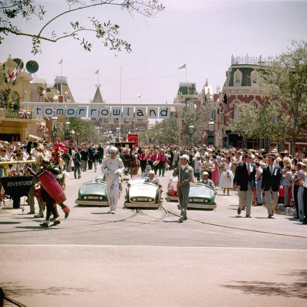 Magic Kingdom at 60: Rare 1955 color photos of Disneyland http://t.co/fiSN2q0SWQ via @SFGate http://t.co/lwrB8J1j49