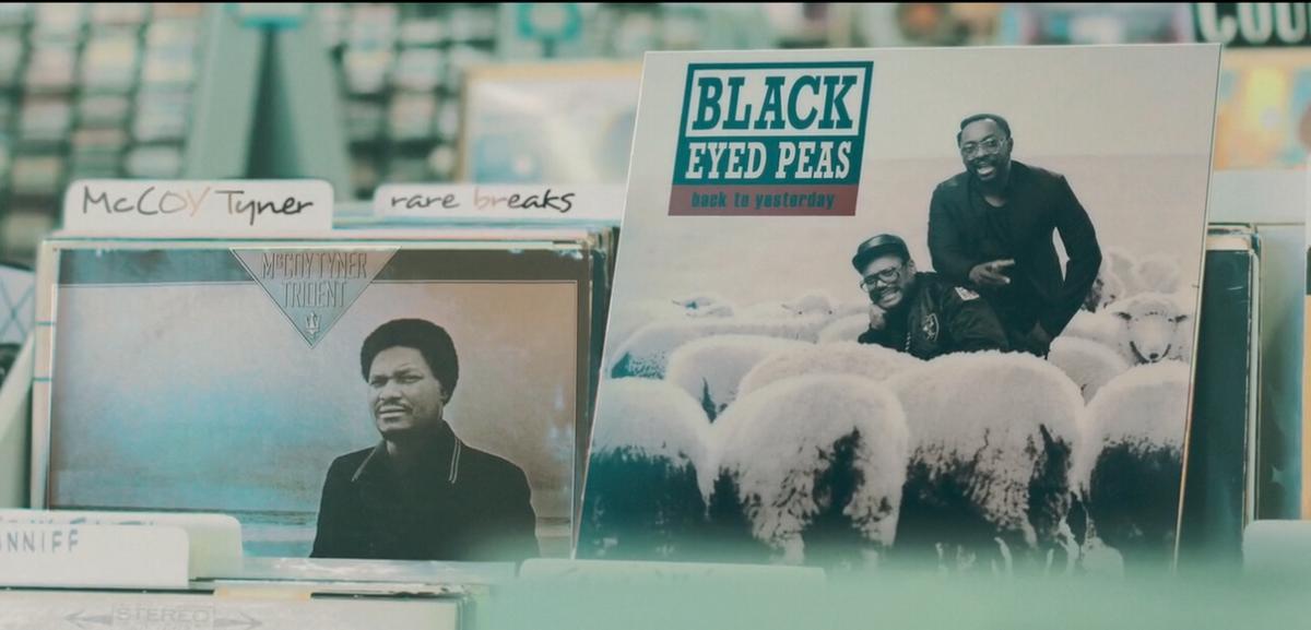 話題のブラック・アイド・ピーズ「Yesterday」のビデオ https://t.co/J1jP3vrtr3 曲中で引用してるヒップホップ・クラシックのジャケをメンバーがジャックする各場面、よく見ると隣にその曲の〈ネタ〉が置いてある! http://t.co/HvUwUwSchL