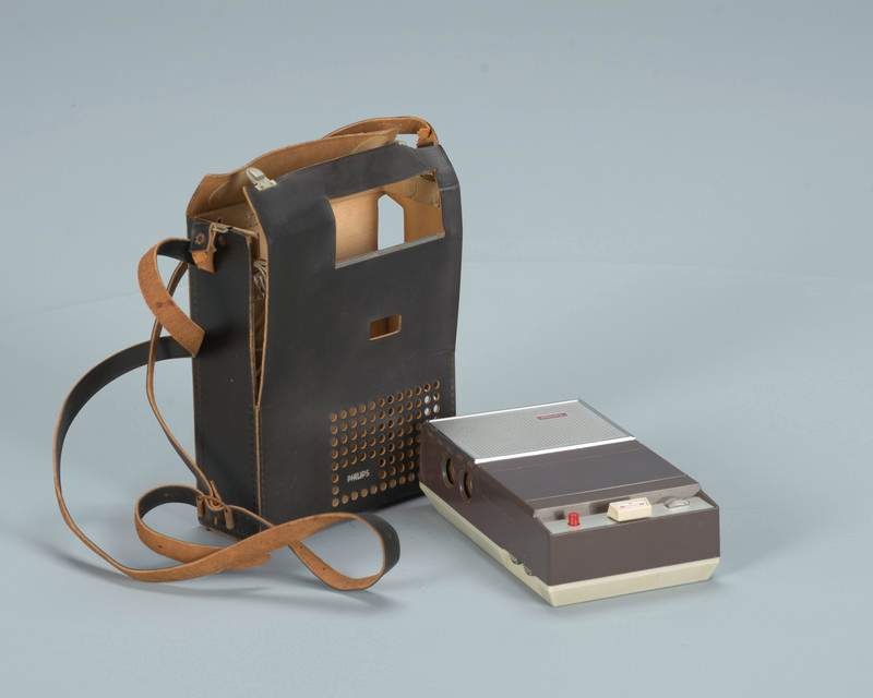 Whoa! This is the first portable cassette player (1964). A true #iPod avant la lettre :) via @BeeldenGeluid #retro http://t.co/REgHLmNxdG