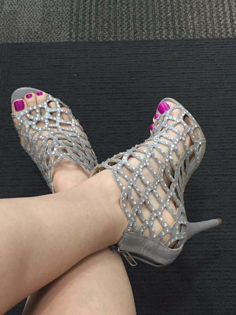 Rub my feet while my alpha slave watches! Scared #paypig #shoeworship #footslave