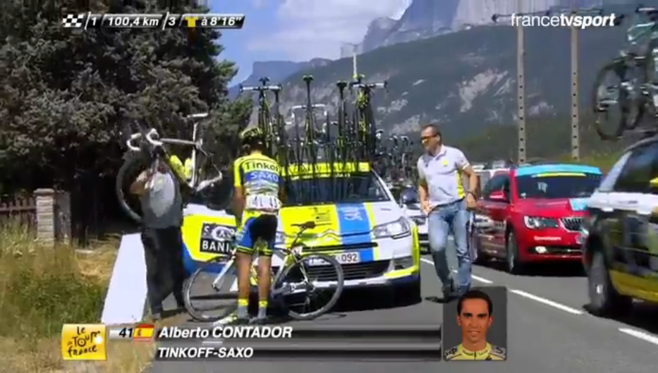 .@albertocontador change de vélo / is changing his bike. #TDF2015 http://t.co/ORe4pfa5vF