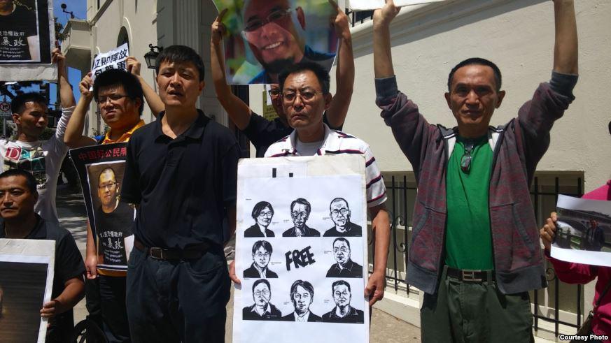 """滕彪:""""像以往一样,这次被捕和失踪的人权律师,极有可能受到酷刑。但这次镇压,也和以前的镇压一样,不会让人权律师群体的声音消失,不会阻止中国人民捍卫人权和尊严的脚步。"""" 全文阅读:https://t.co/SY8S8emEgn http://t.co/a2QmNwTumX"""
