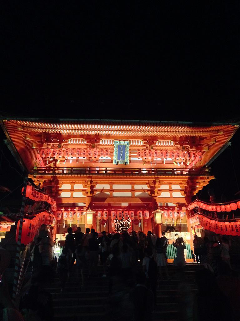 本宮祭満喫してきた〜♡♡提灯の灯りで赤く染まる千本鳥居の中は神秘的でしたヾ(◍'౪`◍)ノ゙「いなり、こんこん、恋いろは