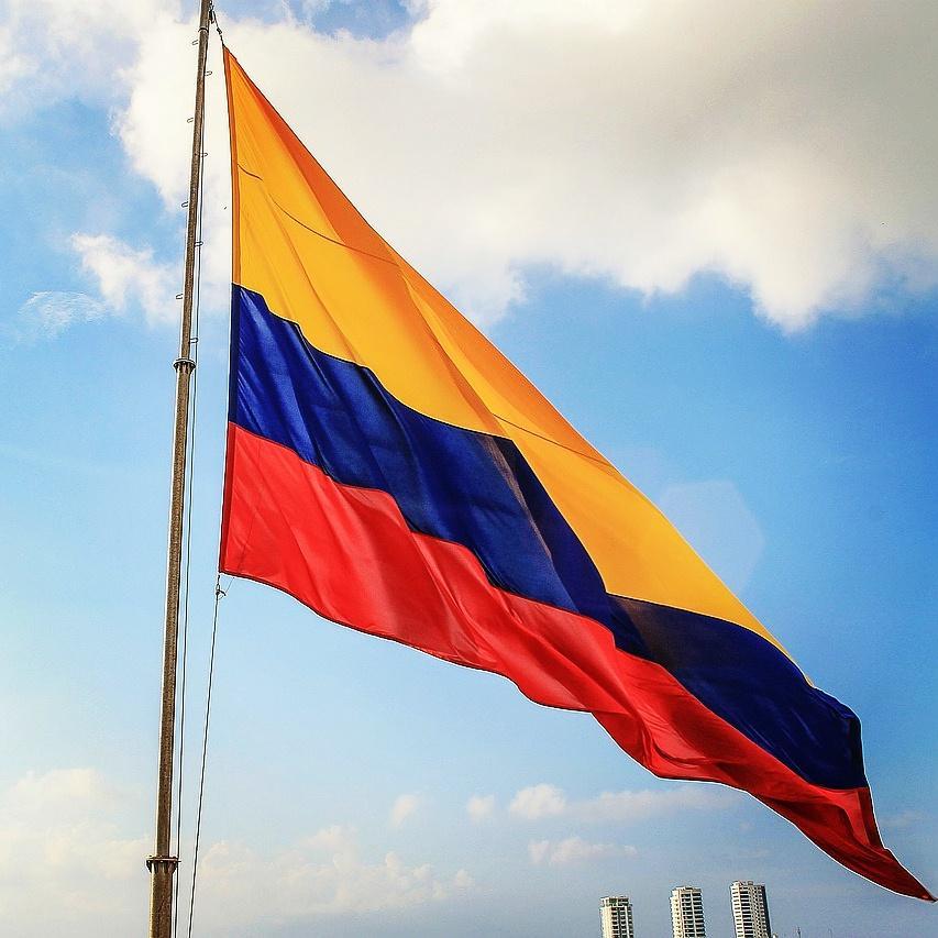 Hoy el mundo se viste de #Tricolor.  ¡Feliz #20DeJulio #Colombia!  #DiaDeLaIndependencia. #OrgulloColombiano http://t.co/27duH01WFE